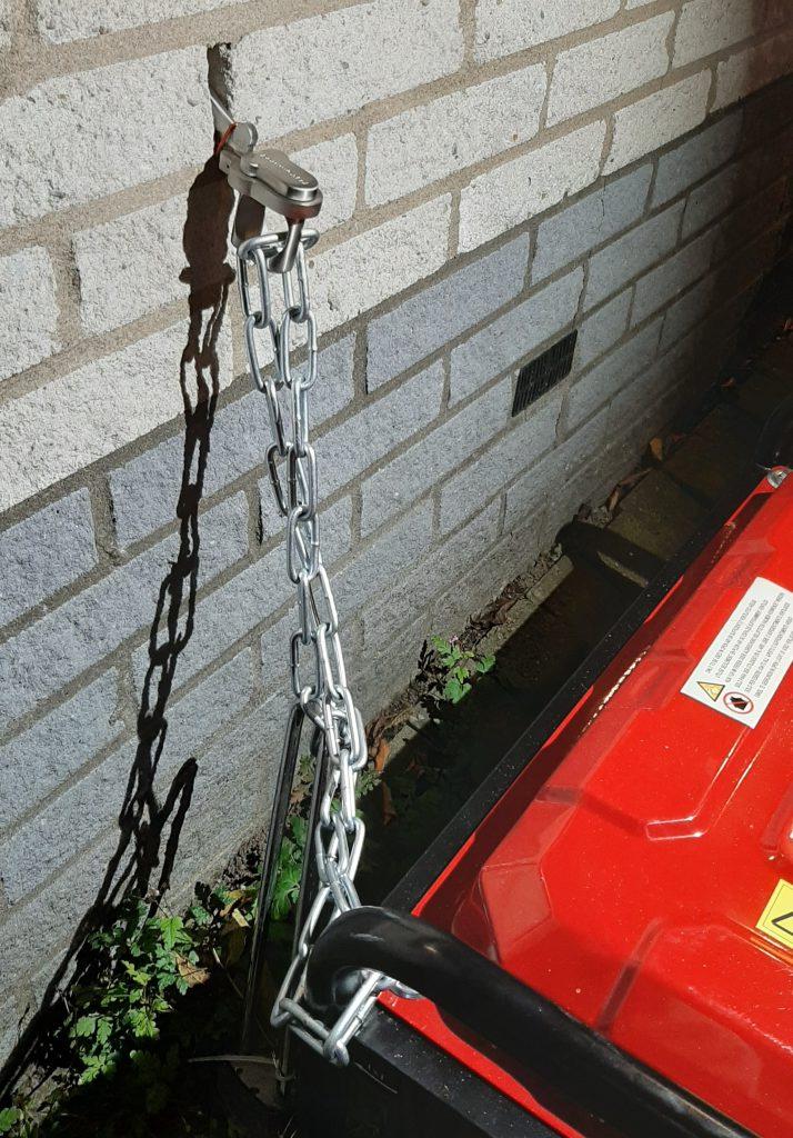 Compressor vastgelegd aan de gevel tegen diefstal.